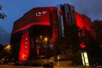 Münchner Gasteig rot angestrahlt